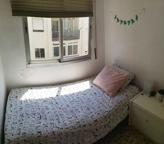 Single room-cozy flat next to Sants Station