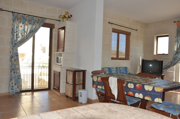 Apt over looking Ta Pinu Sanctuary - Gharb - Apartamento