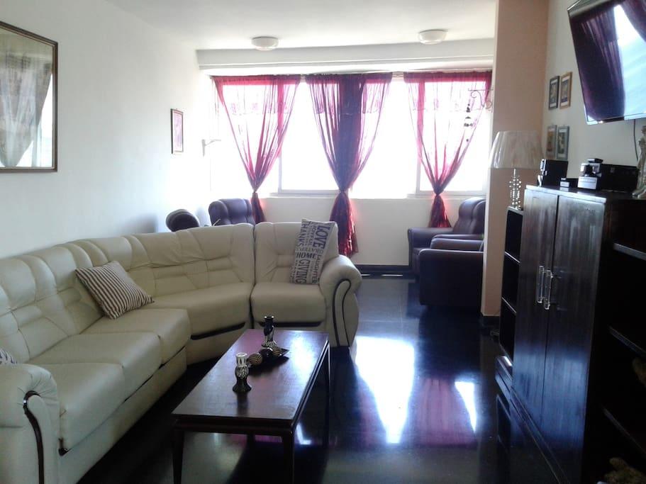 Sala: zona común para los huéspedes, con excelente iluminación y ventilación natural