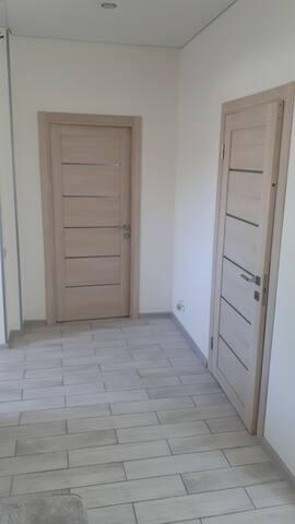 Две изолированные комнаты.