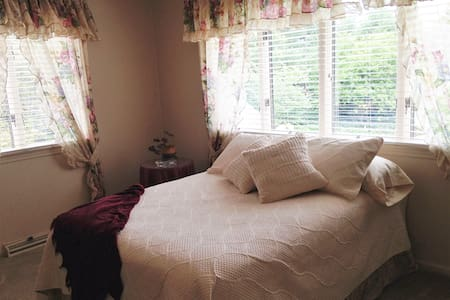 Pink room at Moran Inn B&B - De Motte - Bed & Breakfast