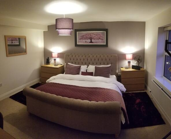 Paddock House: Main Guest Bedroom with en suite