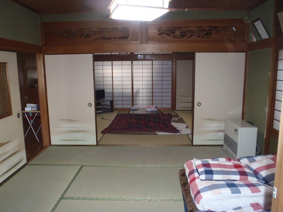 日本風の和室です。冬はコタツを用意しています。