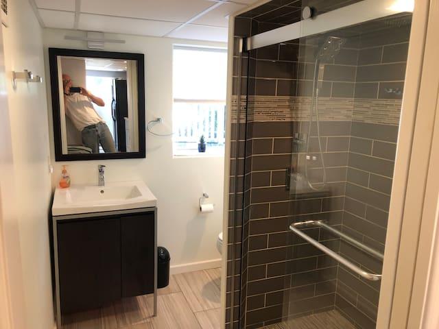Separate bath w/full-size shower