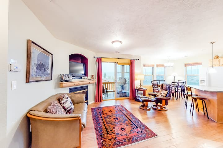 Inviting mountain condo near the reservoir & slopes w/ shared pool/hot tub!