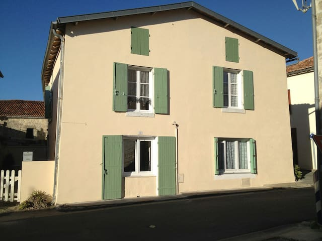 Family home in heart of village - Dampierre-sur-Boutonne - House