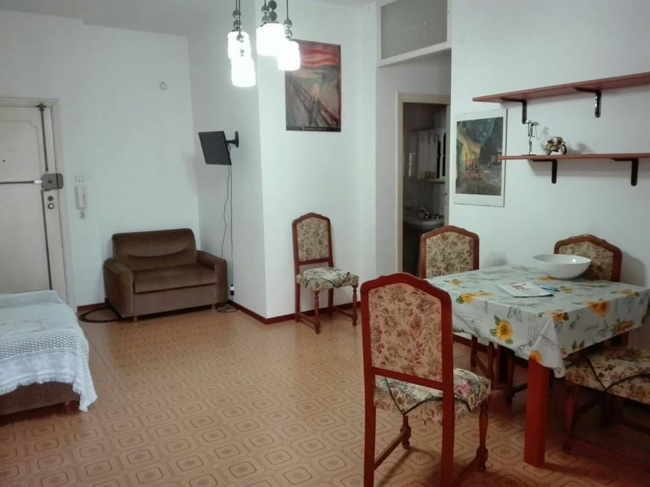 salone con i due divani letto e tavolo estendibile e la Tv