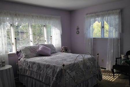Purple room at Moran Inn B&B - De Motte - Bed & Breakfast