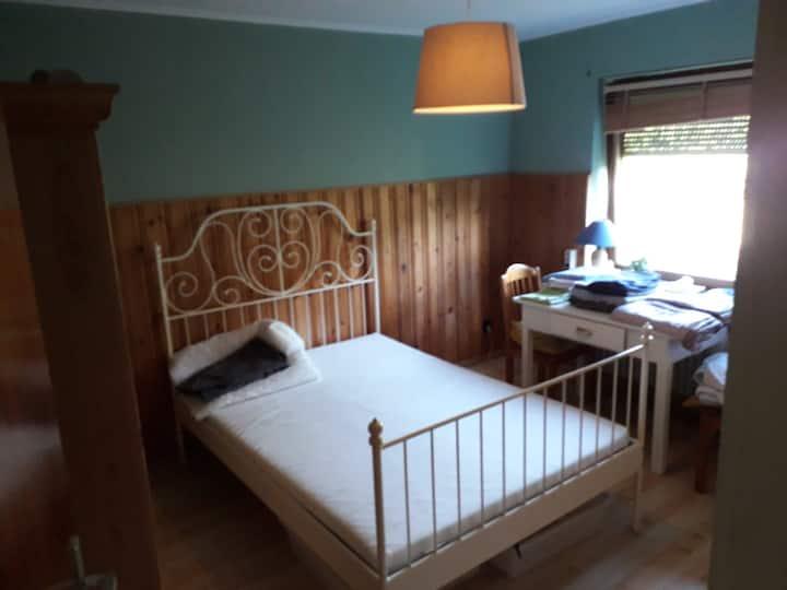 Kleines Gästezimmer im Atelierhaus mit Gartenblick