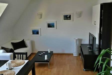 Zentral gelegene Dachgeschoßwohnung mit Parkplatz - Konstanz - Appartamento