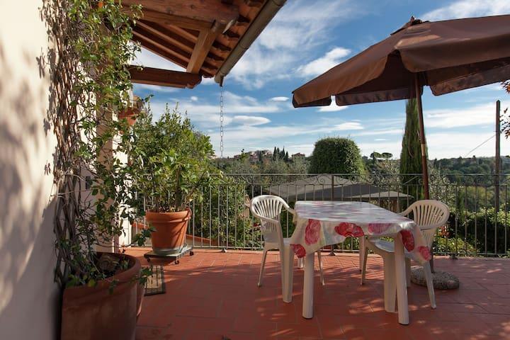 Romantische Ferienwohnung in den Hügeln mit Panoramablick, Garten und Whirlpool
