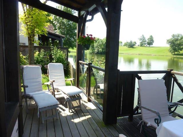 Unser geliebtes Ferienhaus beim Golfplatz am See