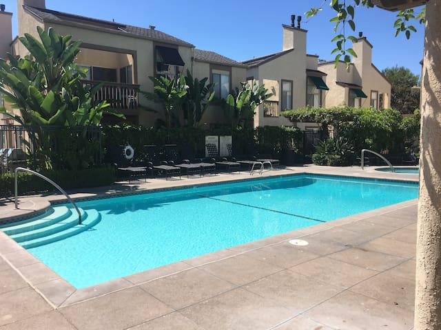 Charming poolside bedroom - Irvine - Appartement