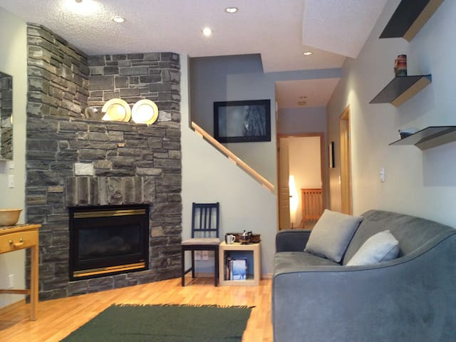 Cozy Mountain Apartment ~ Independent 1 Bedroom - Canmore - House