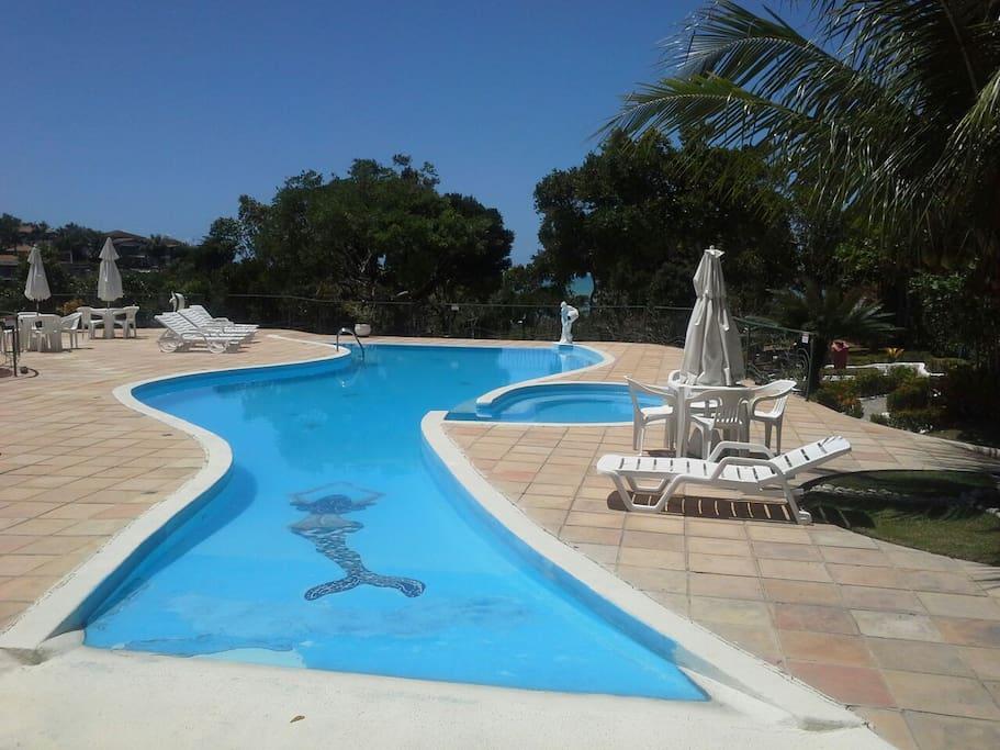 Ampla piscina , com piscina para crianças ao lado