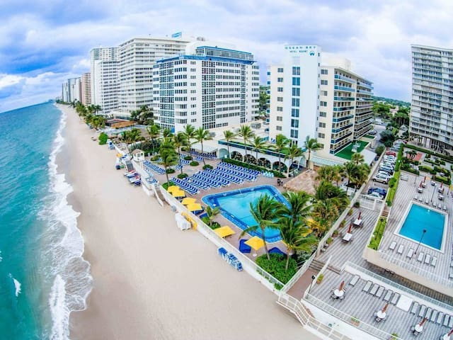 Ocean Front Resort 2 BR With Pool/Bar/Beach/Dining