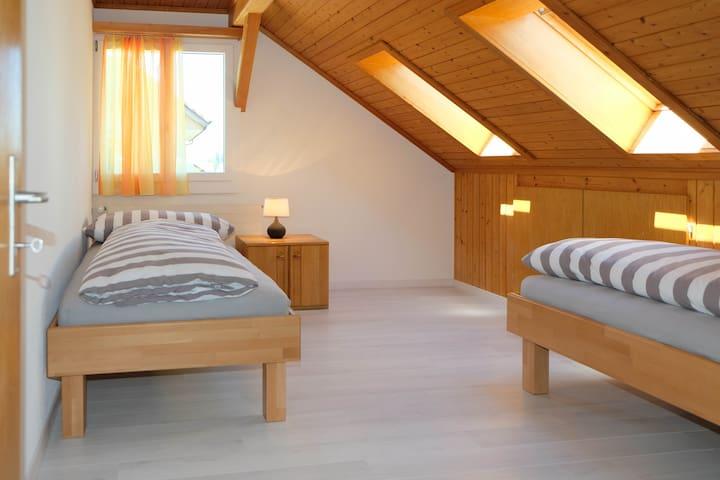 Schlafzimmer 2 (zwei Einzelbetten)