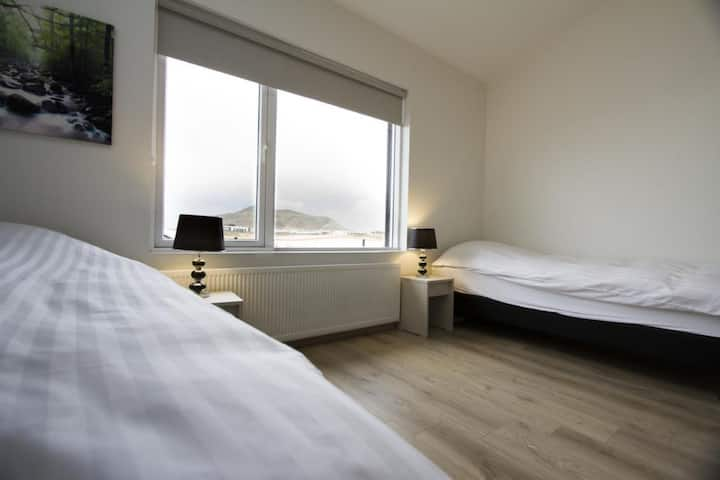 Convenient &  Comfortable Twin Room with a Shared Bathroom - close to the Blue Lagoon and KEF airport