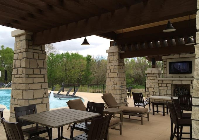 Fully Furnished 2 Bedroom Highlands Lodge 4-102 - Overland Park - Lakás