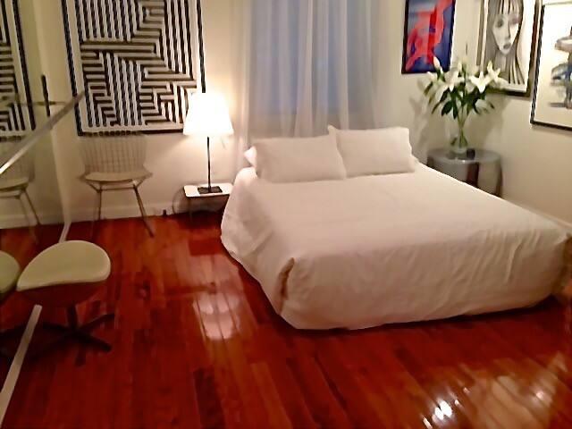 Charming, elegant room Midtown/ Central Park