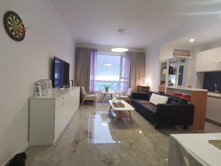 【万龙滑雪场国际公寓】一室一厅一卫63平整套,带开放式厨房,直接滑进滑出,酒店配套设施完备。
