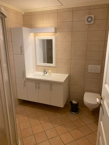 Bathroom with heating cables in the floor
