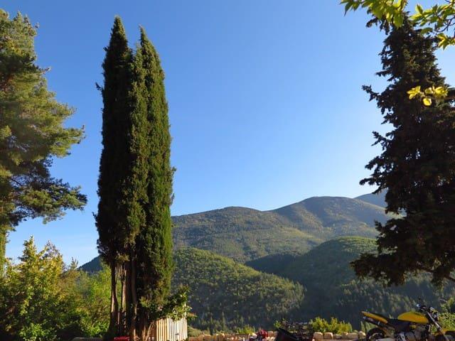 vue sur contre forts du Mont Ventoux la Vallée du Toulourenc