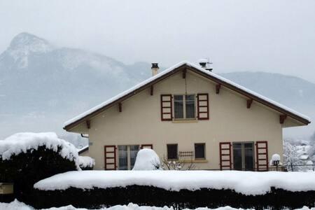 Villa 2 chambres avec terrasse et jardin privé - Marnaz - บ้าน
