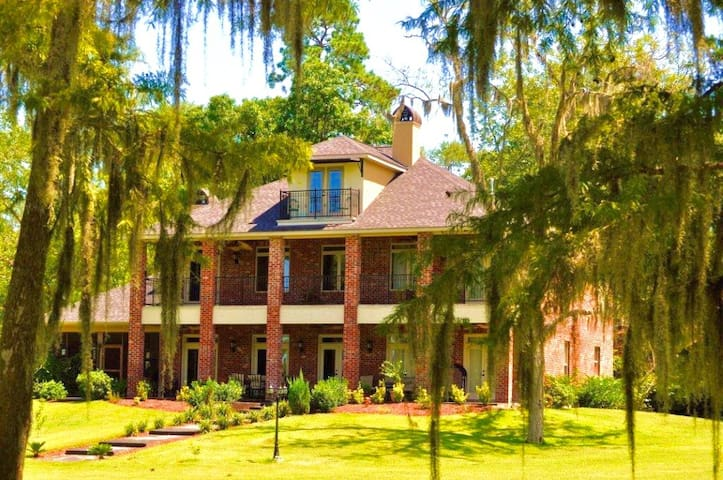 ENGLISH BAYOU MANOR.... WATERFRONT WITH BOAT HOUSE - Lake Charles