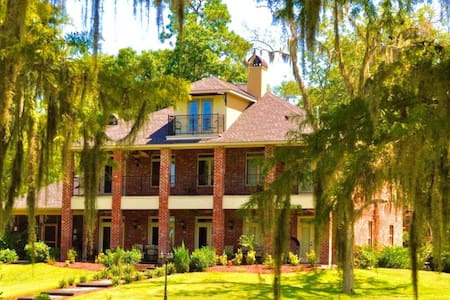 ENGLISH BAYOU MANOR.... WATERFRONT WITH BOAT HOUSE - Lake Charles - Kastély