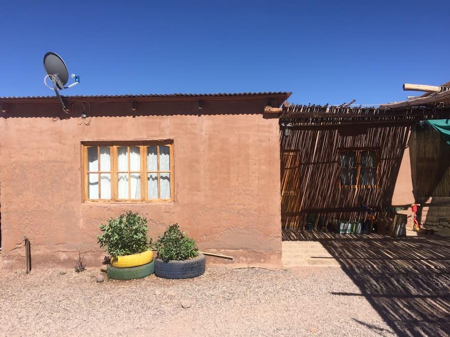 Vista exterior de la cabaña, construcción sólida. Lugar muy tranquilo para realmente disfrutar de la tranquilidad que San Pedro de Atacama ofrece.