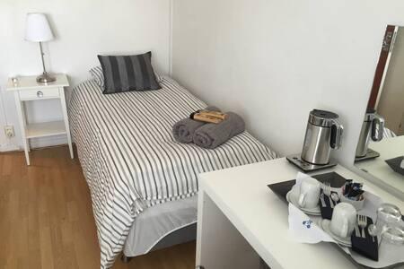 Cozy bedroom for 1&2,15 from jernebanetorget st - Oslo - Villa