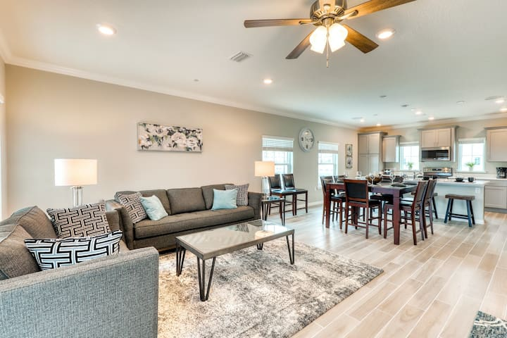 Beautiful townhome w/ ocean views, two shared pools, hot tub, & private beach