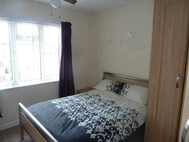 Room 1) Double bed in a quiet area with garden