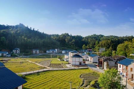 在井冈山红军村里的私人时尚温馨小屋——四面环山,景色宜人
