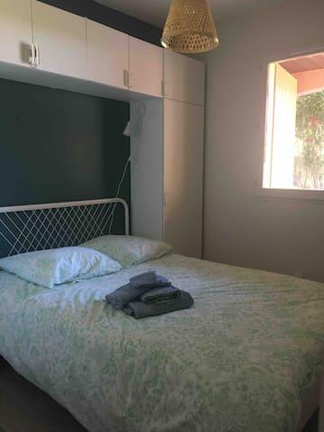 Chambre double avec placard en colonne et en hauteur. Télévision installée au mur.