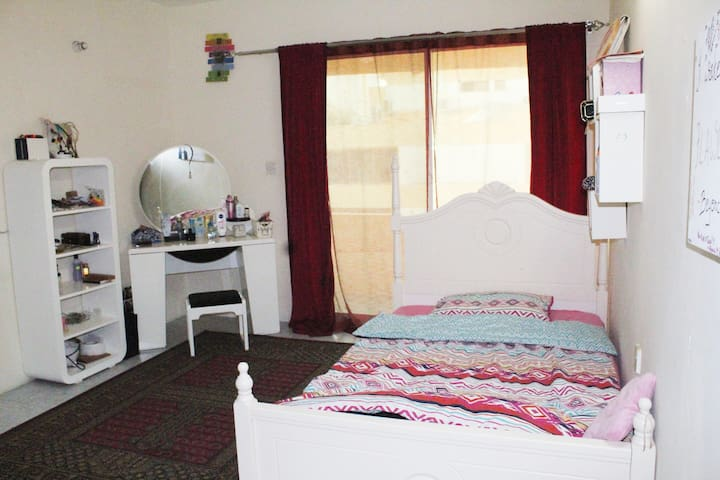 Cozy room with balcony& garden access near airport