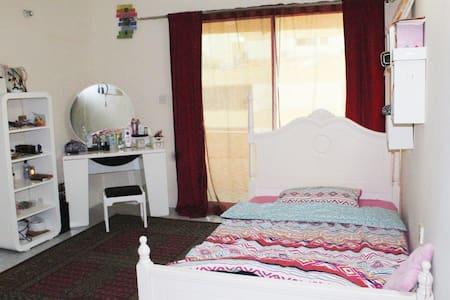 Cozy room with balcony& garden access near airport