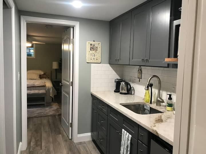 La Belle Vie - Basement Apartment with Kitchenette