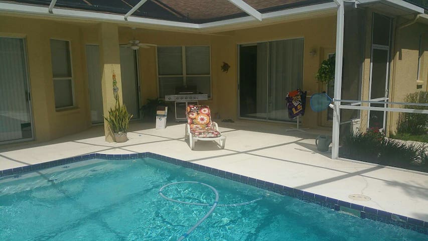 Nice Clean Private Room , Beautiful pool and patio - Valrico - House