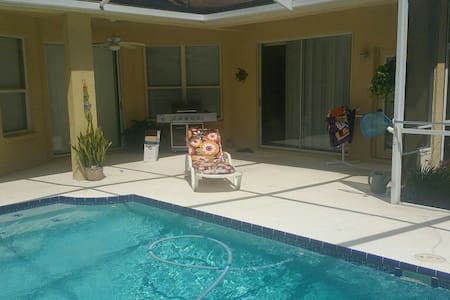 Nice Clean Private Room , Beautiful pool and patio - Valrico