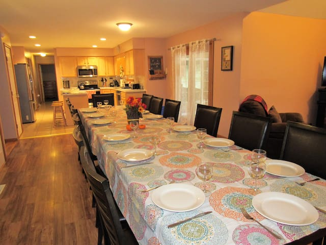 Large home-22/24 guests, Private Pool, Hot Tub!