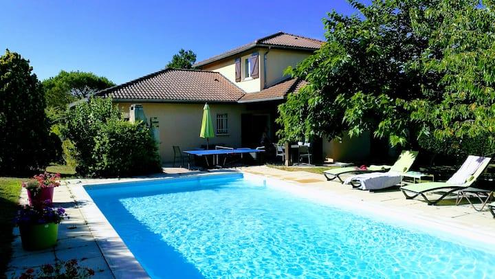 1 /2 Chambres dans une maison  jardin et piscine.
