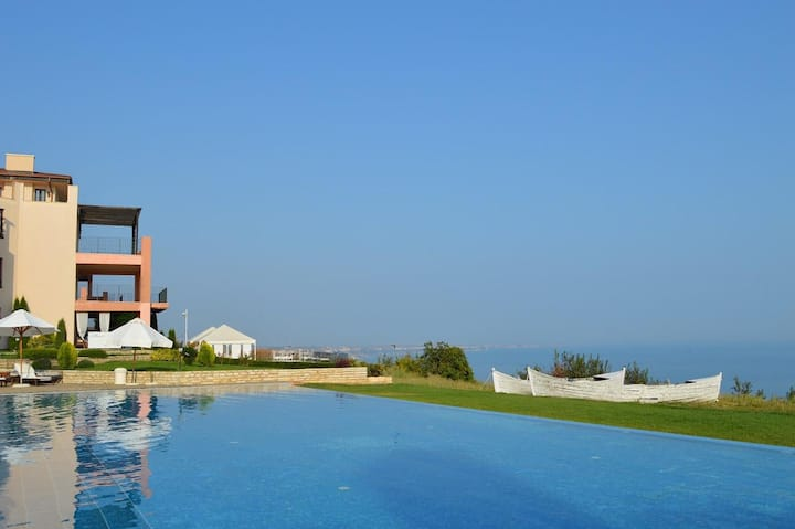 Sea view apartment with own garden and pool access