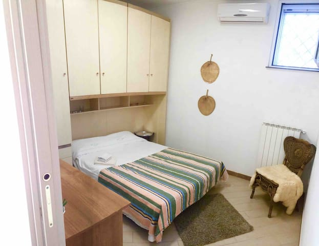 Private Room close to metro with air conditioning.