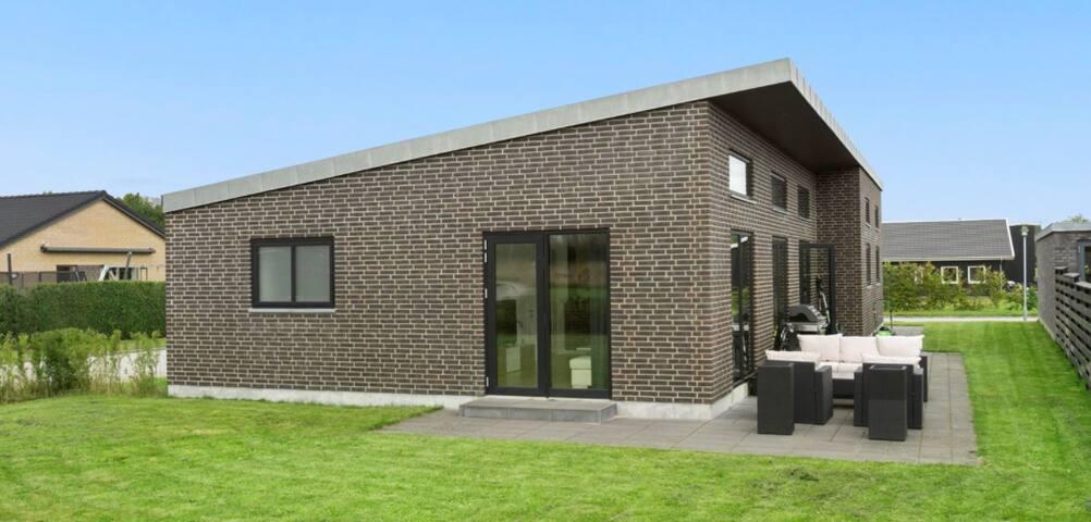Rummelig villa med egen have
