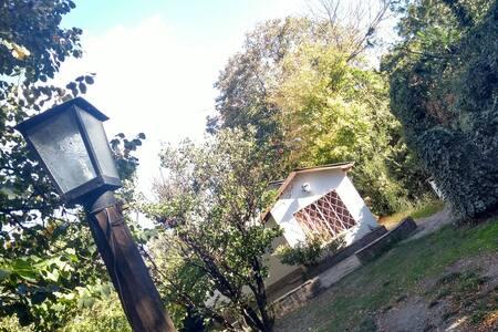 Una casita blanca en las sierras doradas