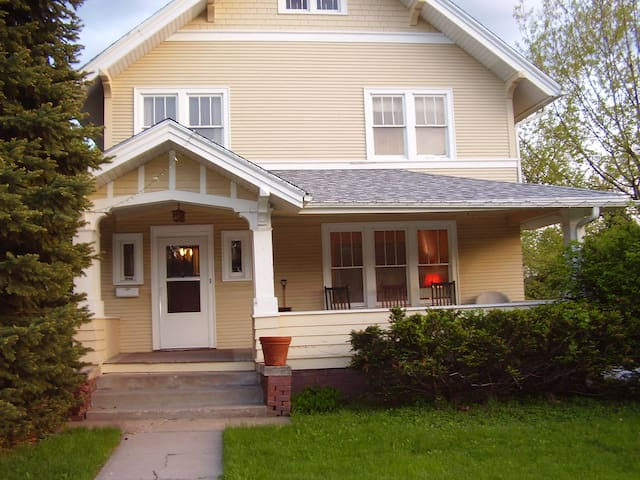 Near Midtown Crossing and Dundee - Omaha - Bed & Breakfast