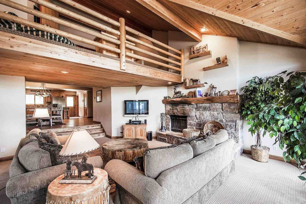 4 bedrooms + Large Loft, 4 bathrooms / HDTV's, Private Hot Tub, Free Wi-Fi + Cable!