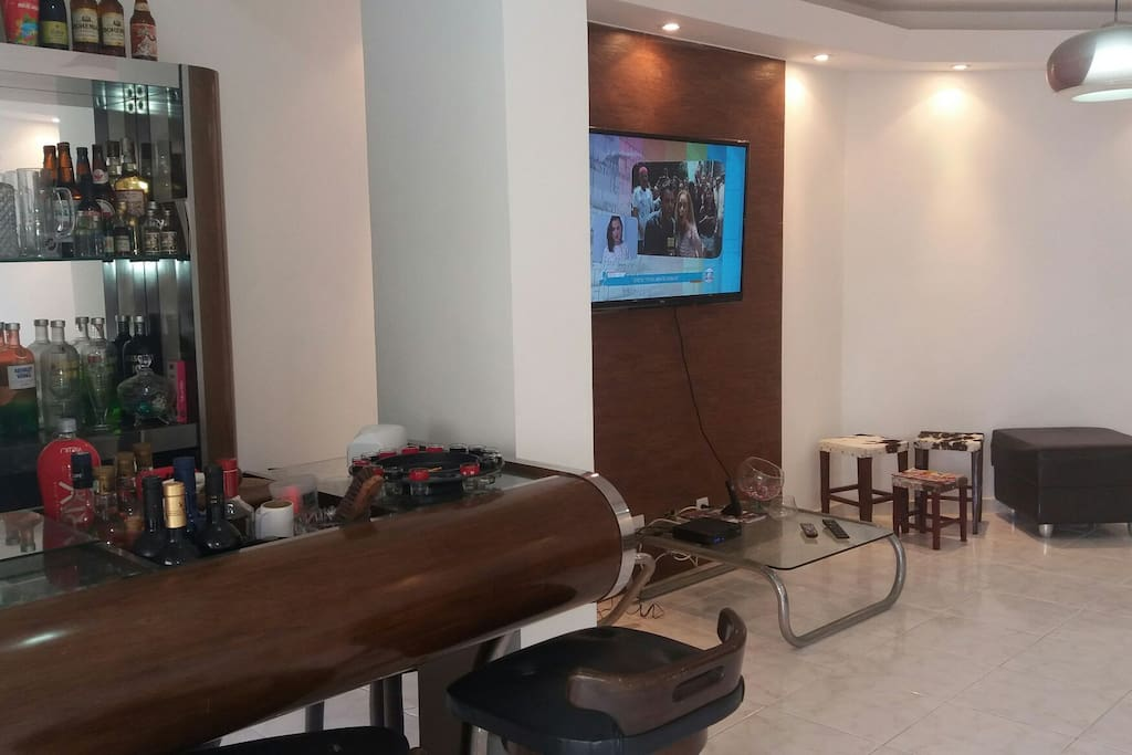 Televisão com muitos canais e wifi.